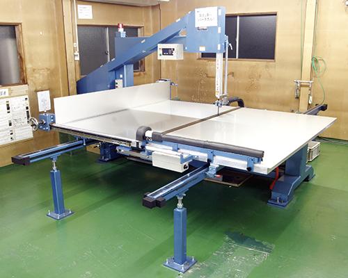 前後に移動するテーブルに厚物の加工材料をのせ、定規によって直角に裁断します。