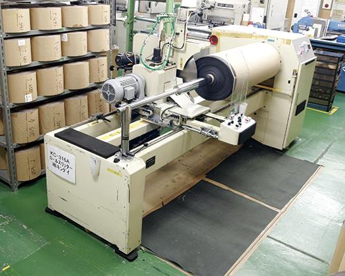 スポンジ、テープなどレコード状にスリット加工が可能です。材料の裁断にも使用します。